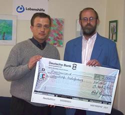 Unser Bild zeigt Herrn Bergmann bei der Scheckübergabe an den kaufmännischen Leiter der Lebenshilfe Aschaffenburg, Jörg Veith.