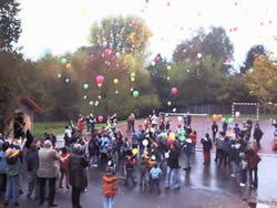Kinder lassen für Herrn Beck Luftballons aufsteigen