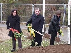Unser Bild zeigt die Architektin, Frau Regina Dörsching, Bürgermeister Walter Scharwies und vom Vorstand der Lebenshilfe, Frau Gertraud Bergmann.