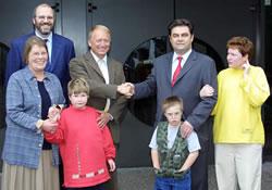 Unser Bild zeigt Herrn Westarp, Frau Curtis-Broich (2.Vorsitzende der Lebenshilfe), Herrn Germer (Fachlicher Leiter der Lebenshilfe), OB Klaus Herzog und drei Kinder der Tagesstätte.
