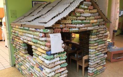 Spielhaus aus Eierkartons